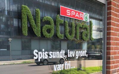 Græs på vinduerne hos SPAR