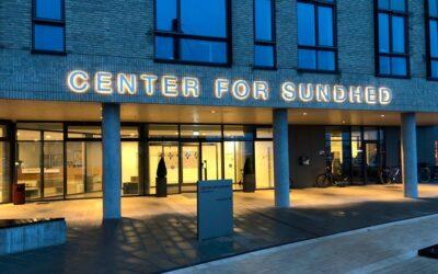Flot lys på facaden hos Center for Sundhed