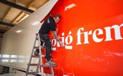 Bildekorationer og facadeskilte med Danish Crowns nye logo