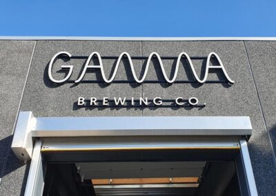 Gamma Brewing Co's facadeskilte i dagslys