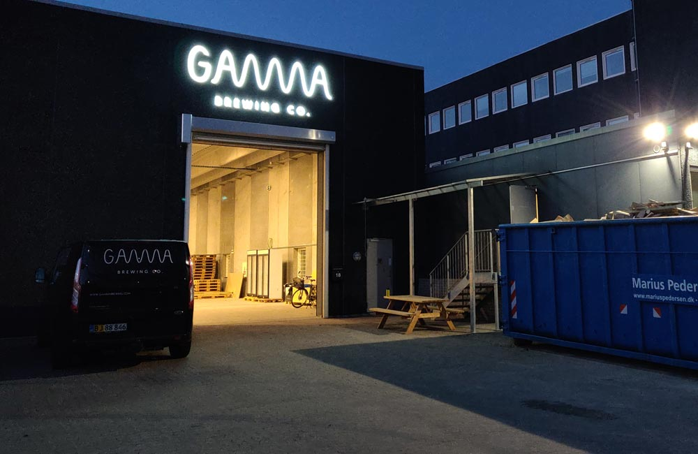 Gamma Brewing Co's facadeskilt i mørke