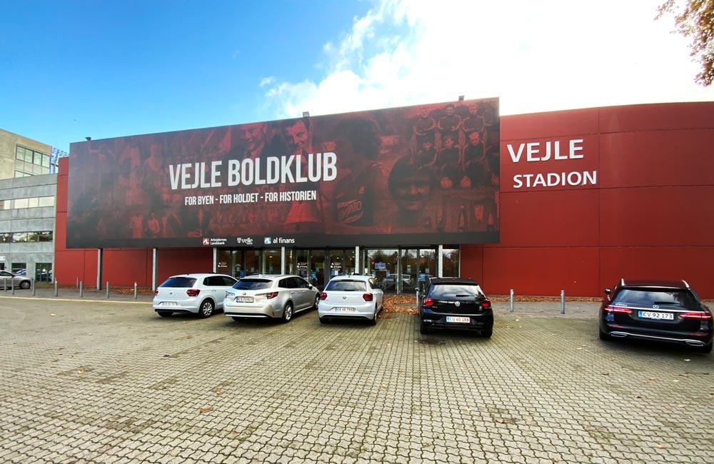 Facadeskilt i mosaik for Vejle Boldklub på Vejle Stadion
