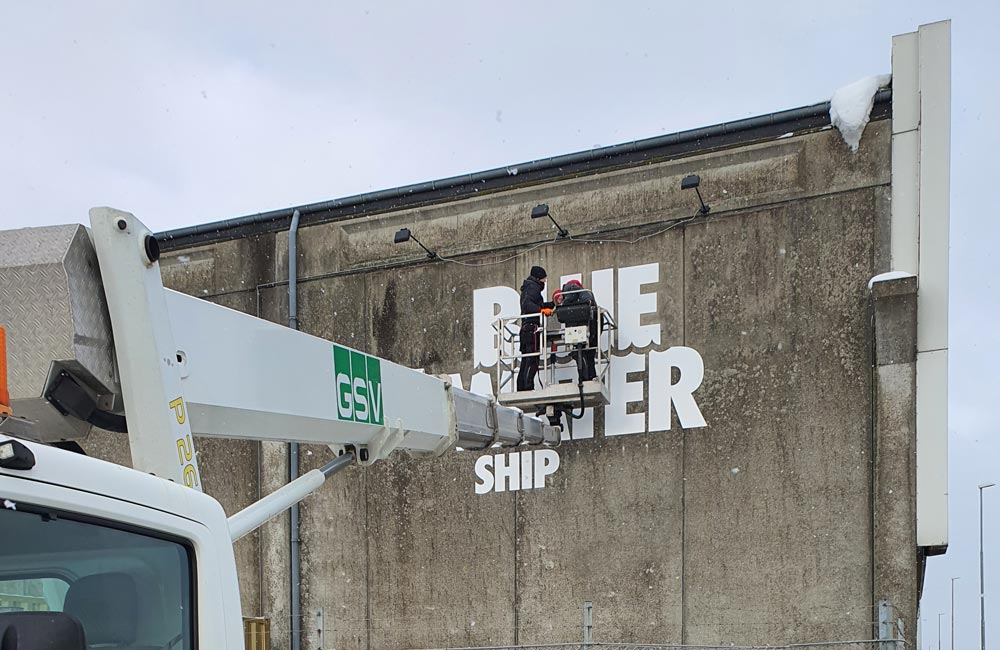 Montering af facadeskilte til Blue Water Shipping
