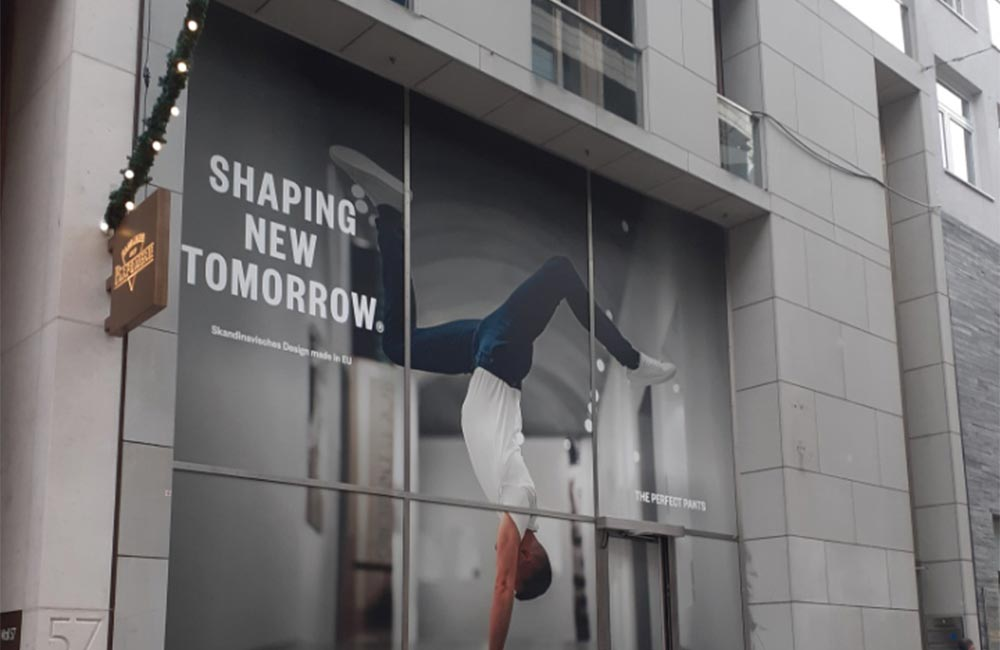 Shaping New Tomorrow facadeskilte