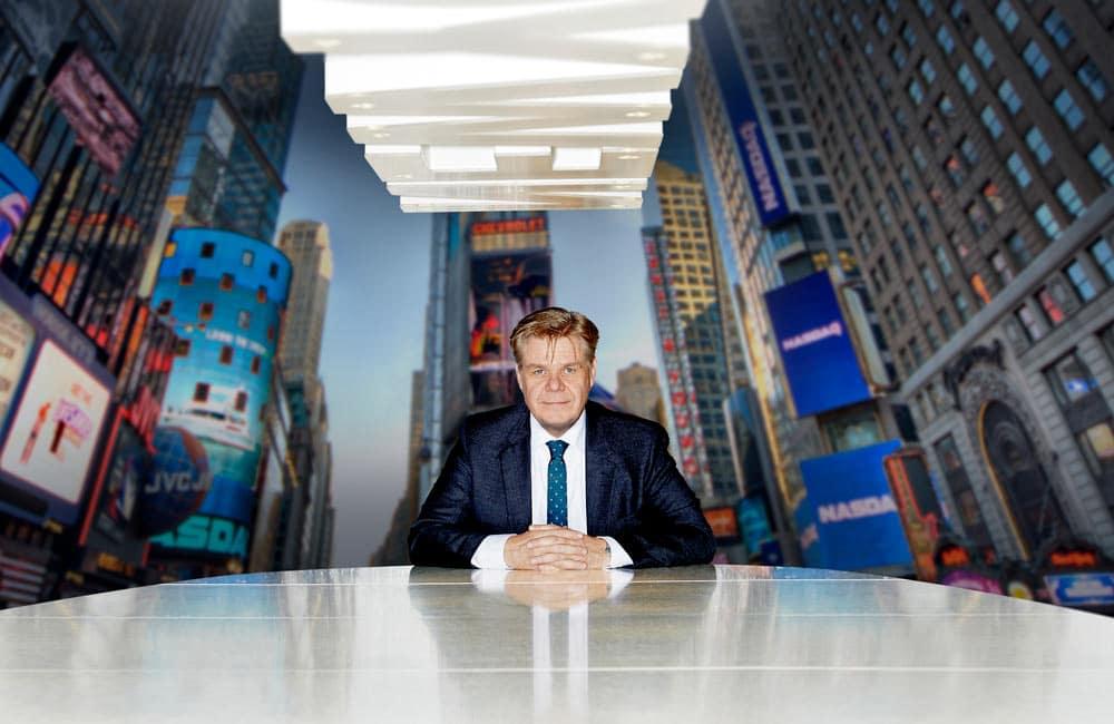 Lars Nonbye for enden af bord i mødelokale - Nonbye A/S