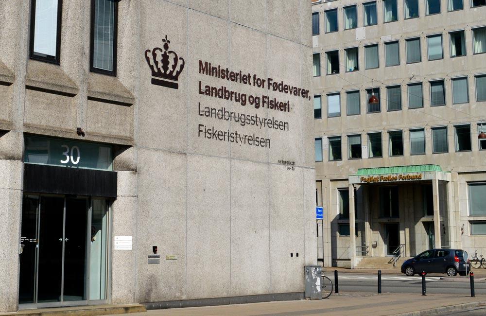 Montage af facadeskilt til Ministeriet for fødevarer, landbrug og fiskeri - Nonbye A/S