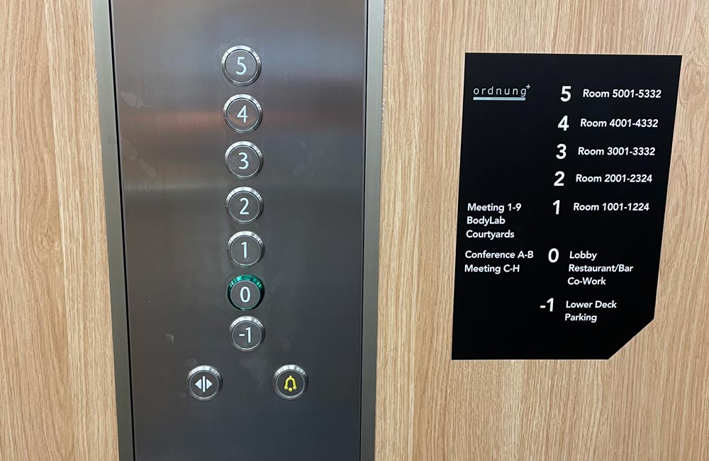 Wayfinding til Comwell Copenhagen elevator - Nonbye A/S
